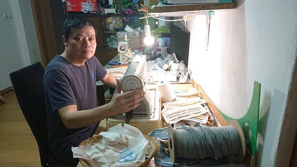 Vietnamský obchodník Hoang Minh Ha v Letovicích šije a zdarma rozdává roušky.