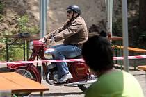 Na výletišti ve Vískách burácely v sobotu motory mopedů, tříkolek a motorek. Konal se tam druhý sraz historických motocyklů různých značek do roku výroby 1980.