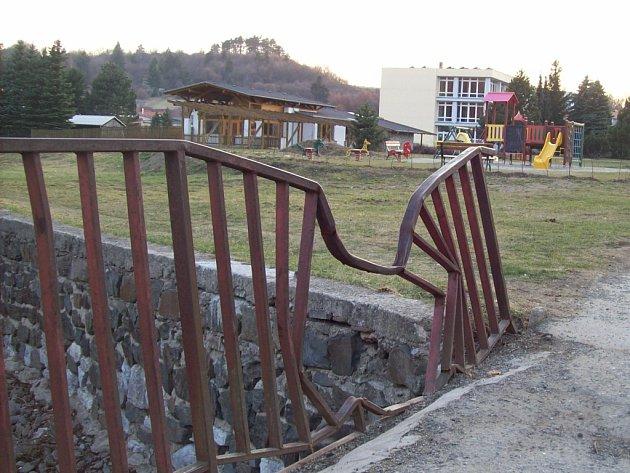 Zábradlí na mostku přes potok Žďárná ve Sloupě je už delší dobu poničené. Při kácení totiž na ně spadl strom. Ten zábradlí zdeformoval tak, že v jedné části je nyní díra. Někteří Sloupští upozorňují na to, že tam hrozí nebezpečí hlavně menším dětem.