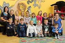 Žáci 1.A Základní školy Jedovnice s paní učitelkou Radkou Hromkovou Ušelovou a asistentkou Petrou Beránkovou.