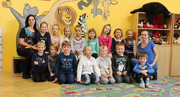 Žáci 1.AZákladní školy Jedovnice spaní učitelkou Radkou Hromkovou Ušelovou a asistentkou Petrou Beránkovou.