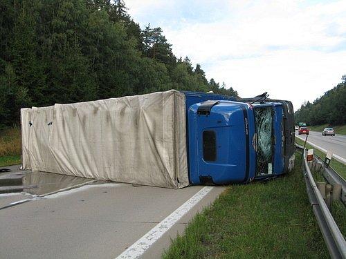 Nejkritičtější byla situace na 166. kilometru dálnice D1 ve směru na Brno. Dálnice tam více než čtyři hodiny stála kvůli převrácenému kamionu s plasty.