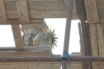 Kamenný sloup se sochou Madony v parku na lysickém náměstí Osvobození obepíná v těchto dnech lešení. Kulturní památka ve středu městyse totiž byla ve velmi špatném stavu. Nyní si ji vzali do parády restaurátoři.
