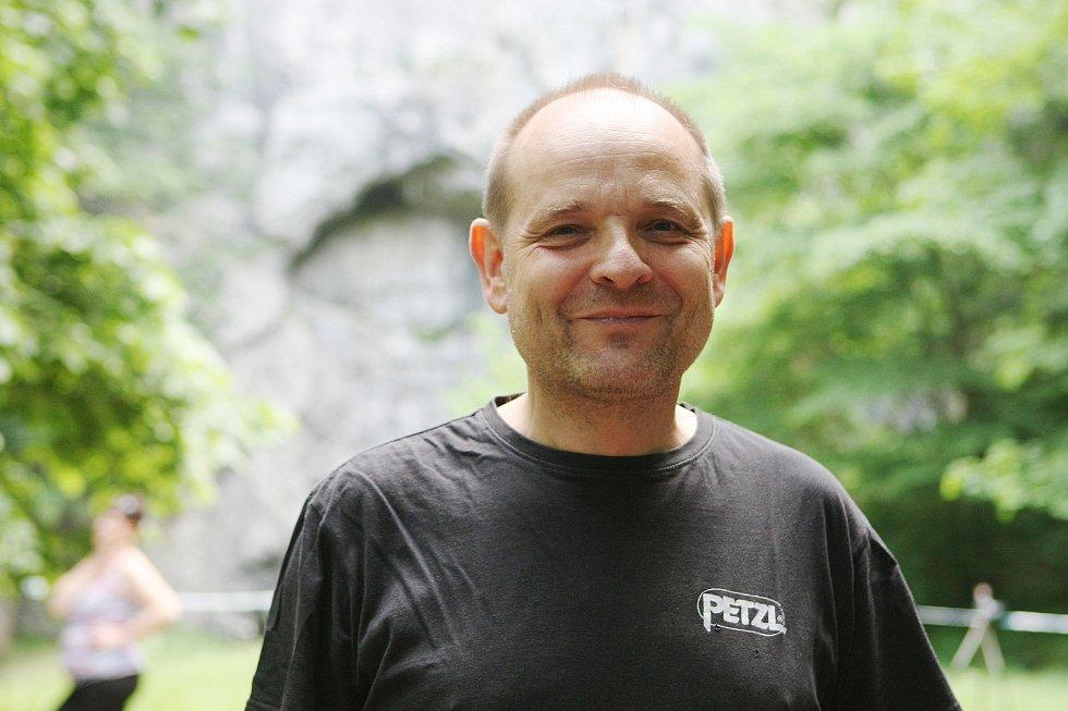Den otevřených dveří jeskyně Býčí skála v Moravském krasu na Blanensku. Na snímku jednatel speleologické skupiny Býčí skála Aleš Pekárek.