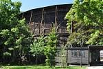 Opravy letního kina brzdí ošetřené stromy. Ty rostou za promítací plochou, kde mají dělníci vybudovat zázemí pro účinkující.