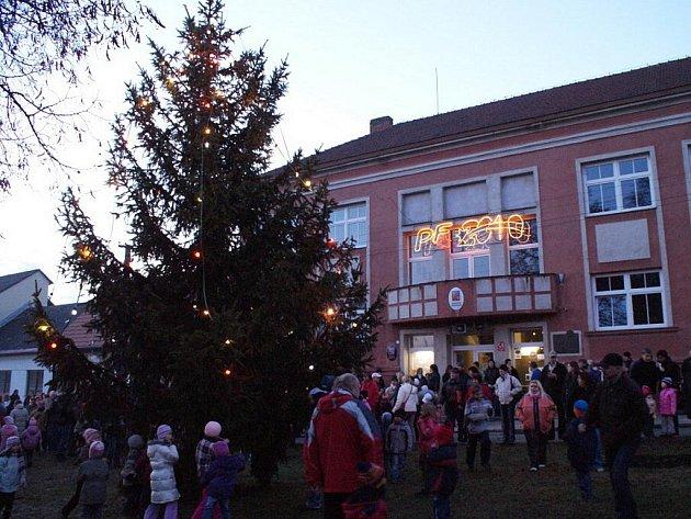 Rozsvícení vánočního stromu v Jedovnicích