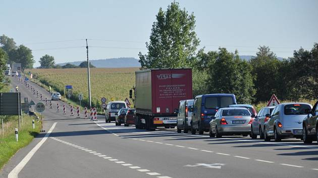 Na silnici I/43, na hlavním tahu mezi Brnem a Svitavami, si řidiči počkají kvůli opravě silnice i několik desítek minut.