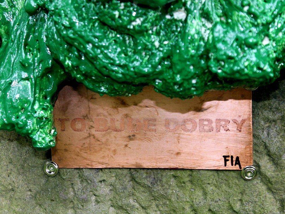 """Neznámý umělec instaloval v blanenském zámeckém parku na podstavec po litinové soše zelenou pěnovou plastiku. Recesista pod zkratkou FIA připojil i štítek s větou """"To bude dobrý."""" Plastiku z podstavce odstranili ve středu odpoledne městští strážníci."""