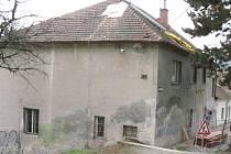 Dělníci v blanenském podzámčí opravují budovu Zámek 2.