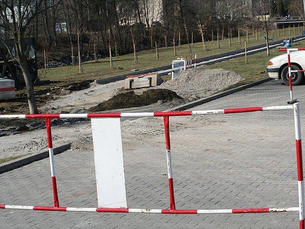 Dělníci začali upravovat poslední úsek z plánované druhé etapy výstavby cyklostezky.