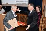 Hrabě Hugo Mensdorff-Pouilly převzal na jednání boskovického zastupitelstva květiny, pamětní list a věcné dary.
