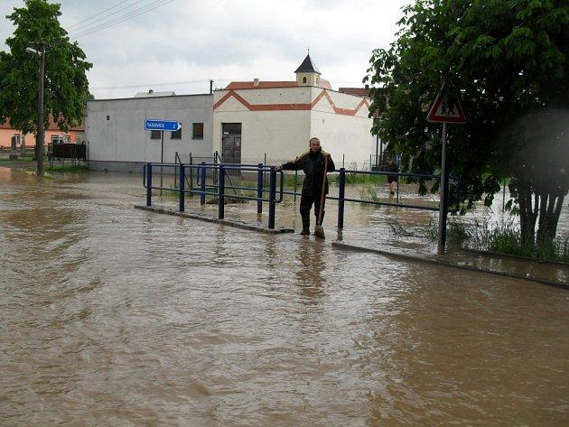 Tak to v Černovicích vypadalo při pondělní bleskové povodni.