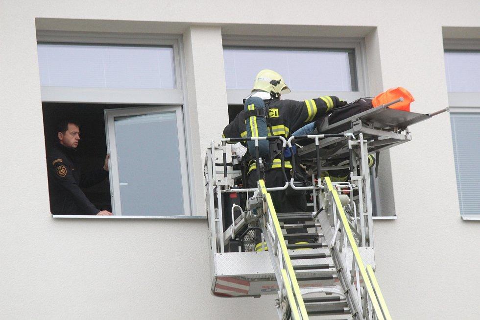 Hasiči zachránili blanenské úředníky z hořící budovy městského úřadu. Při taktickém cvičení.