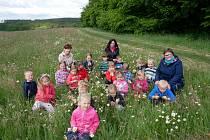Děti z němčické školky vyrazily za pokladem.