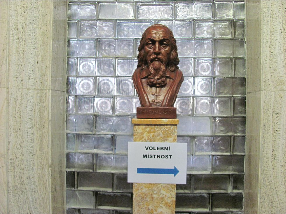 Tudy k volbám. Voliče v Rájci-Jestřebí vedl k volbám učitel národů Jan Ámos Komenský.