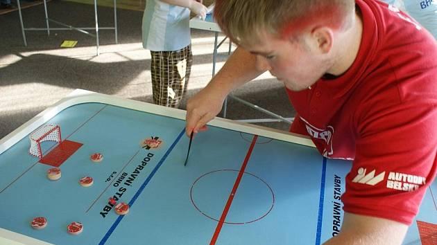 Blansko hostilo v sobotu mistrovství republiky ve stolním hokeji. Titul mezi juniory získal Michal Odehnal z klubu BHK Orel Boskovice. Bohumil Feruga z boskovického týmu skončil v kategorii mužů čvrtý.