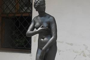 Litinová plastika Venuše Medicejské stojí na nádvoří blanenského zámku.
