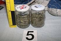 Kriminalisté v domech nalezli větši množství pervitinu i marihuany.