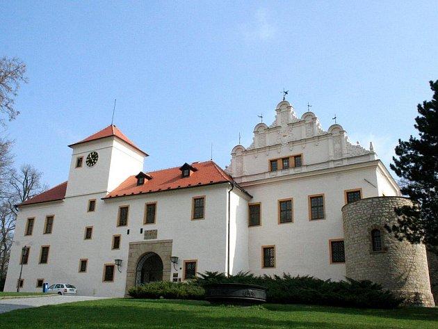 Zámecké nádvoří v Blansku čekají rozsáhlé opravy. Dostane novou dlažbu, omítky i zrestaurované fresky.