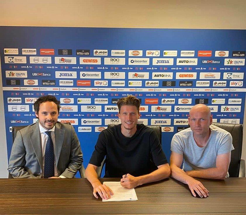 Fotbalista Lukáš Vorlický (uprostřed) při podpisu nové smlouvy v Atalantě Bergamo.