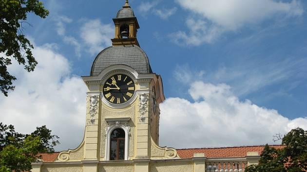 Hodiny na radniční věži v Blansku se většinou o pár minut zpožďují nebo předbíhají.