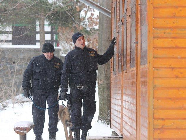 Policisté na koních i se psy kontrolovali chatovou oblast v Jedovnicích.