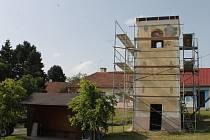 Oprava zvoničky ve Velenově začala minulý týden.