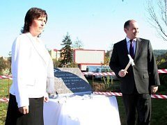 Lenka Dražilová a hejtman Jihomoravského kraje Michal Hašek u základního kamene nového pavilonu Senior centra v Blansku v roce 2011.