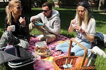 Blanenští férově snídali v zámeckém parku.