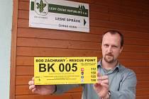 Žluté tabule mají kromě telefonních čísel na tísňové linky i unikátní kód. Podle něj mohou záchranáři nebo hasiči ztraceného či zraněného člověka lehce a rychle najít. Tabule můžou pomoct i při lokalizaci lesních požárů.
