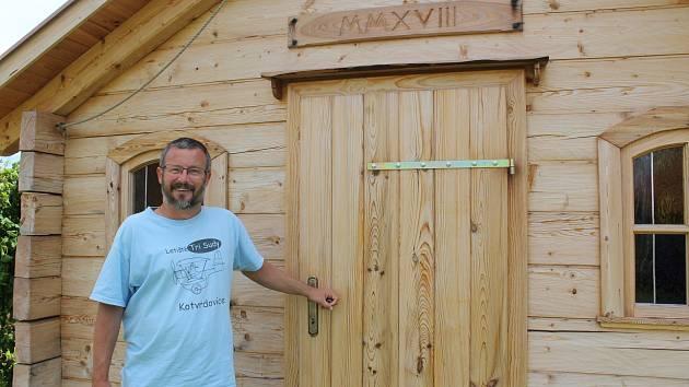 Vědec si na zahradě v Krasové postavil kapli. Můj den v ní začíná i končí, říká Eduard Kejnovský.