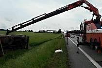 Kamion havaroval v úterý v podvečer u Lipůvky. Zpátky na kola ho převracela těžká hasičská technika.