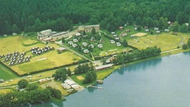 Kemp na břehu rybníka Olšovec.