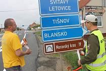Místo provizorního kruhového objezdu je na tahu I/43 v Lipůvce opět křižovatka. Řidiči jedoucí od Blanska mají obavy z čekání v kolonách.