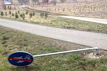 Ohnuté, vytrhané dopravní značení. Cyklostezka na Mladkov po víkendu vypadá, jako by se tudy prohnal severák.