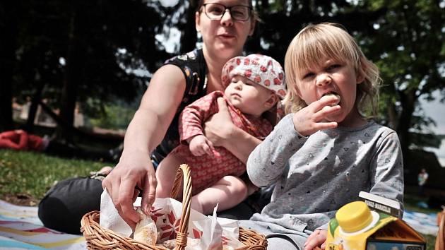 Blanenští férově posnídali. V zámeckém parku.
