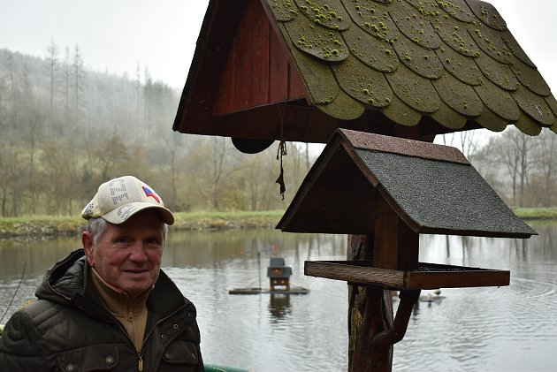 Pavel Borek zBoskovic už více než deset let zkrášluje pěší trasu vPilském údolí. Kolem říčky Bělé a tamních rybníků umísťuje sochy, ukazatele a vodní mlýnky.