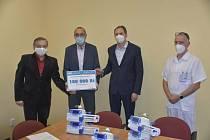 Sto tisíc korun. Takovou částku věnovali zástupci Vodárenské akciové společnosti boskovické nemocnici. Na nákup infuzní techniky pro lůžka intenzivní péče, na kterých se léčí lidé s koronavirem. FOTO: