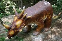 Dimetrodon, styracosaurus a tyranosaurus se zuby ostrými jako břitva. O kus dál stojí další prehistorická příšera. Brontosaurus. Na tyto pravěké tvory mohou narazit turisté v těchto dnech v boskovickém westernovém městečku.