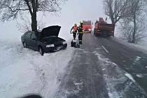 Ledovka na silnici způsobila dopravní nehodu u Senetářova