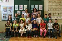 Žáci 1.A ze Základní školy Adamov s paní učitelkou Ludmilou Plačkovou a asistentkou Evou Mandysovou.