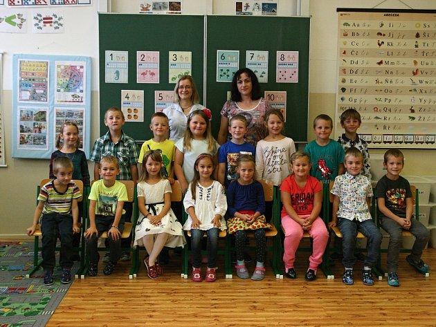Žáci 1.Aze Základní školy Adamov spaní učitelkou Ludmilou Plačkovou a asistentkou Evou Mandysovou.