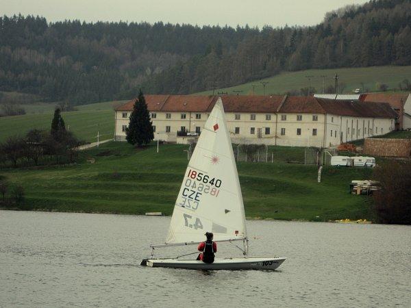 Mladá jachtařka při tréninku na přehradě Křetínka.