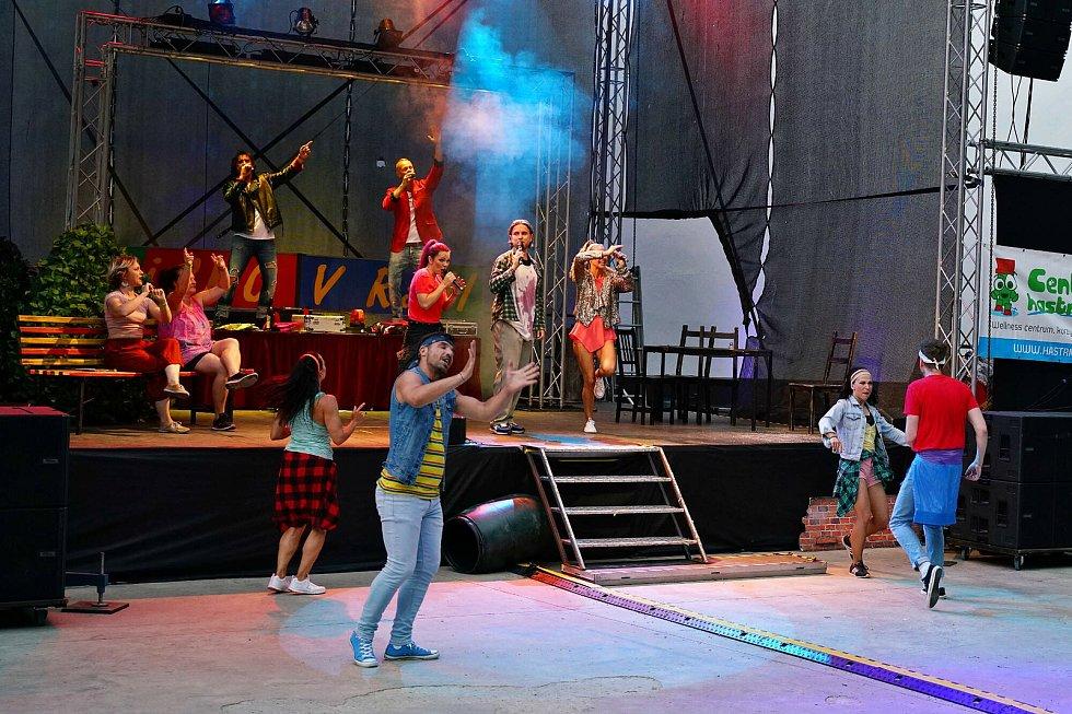 Představení Děti ráje si návštěvníci mohli vychutnat pod širým nebem.