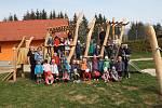 Děti a učitelky z Mateřské školy Třebětínská v Letovicích na nově upravené zahradě.