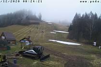 Lyžařské vleky v regionu zatím stojí. Provozovatelé čekají na mráz. Na snímku sjezdovka v Hodoníně u Kunštátu.