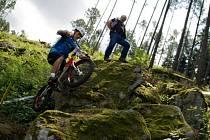 Závodní sekce připravili blanenští pořadatelé mistrovského závodu v lese nad přehradou Palava.