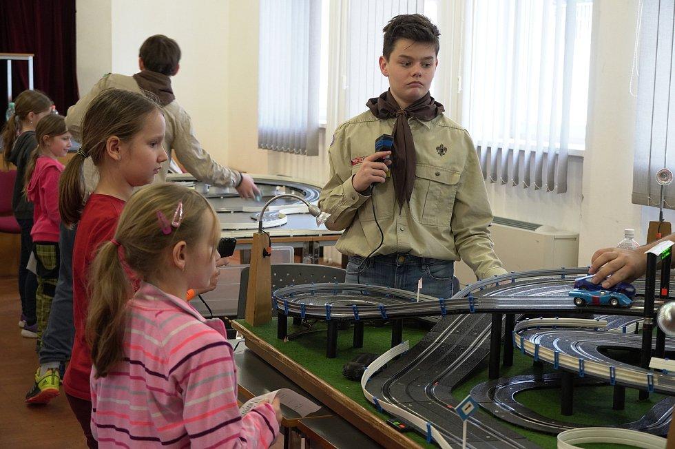Blanenští skauti pozvali děti k závodům na maxi autodráze.