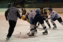 Hokejisté Dynamiters Blansko (v bílém) prohráli na domácím ledě s Kroměříží 3:8. V tabulce krajské ligy je Blansko se třinácti body až sedmé.