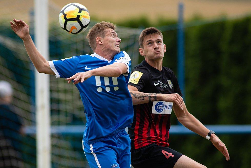 Fotbalový obránce Matěj Helebrand (v černo-červeném) posílil Blansko, kde bude hostovat z prvoligové Opavy.